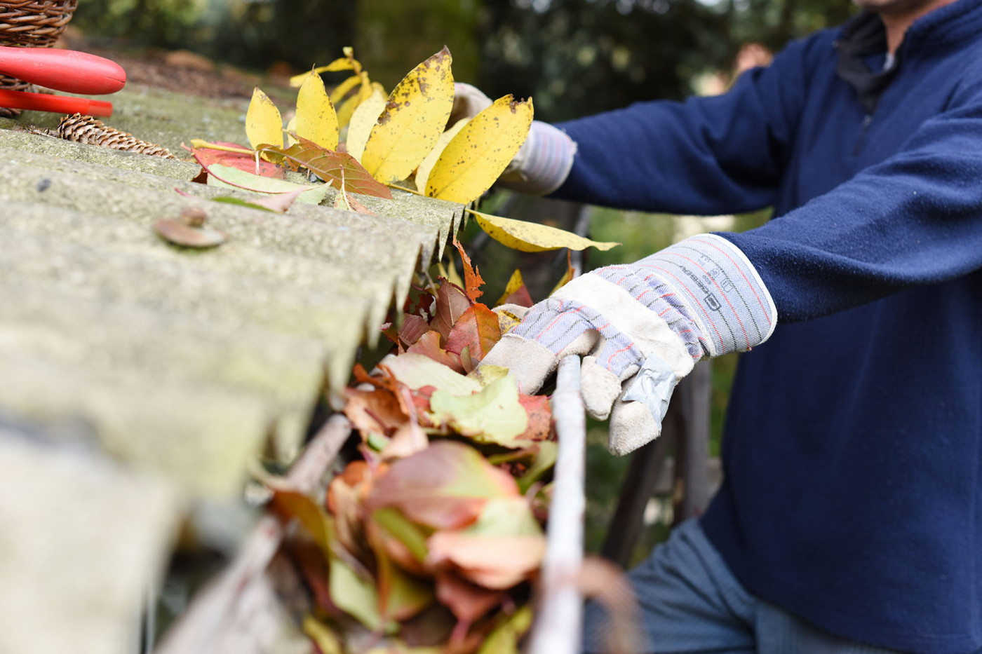 4 Ways to Keep Your Gutters Clear