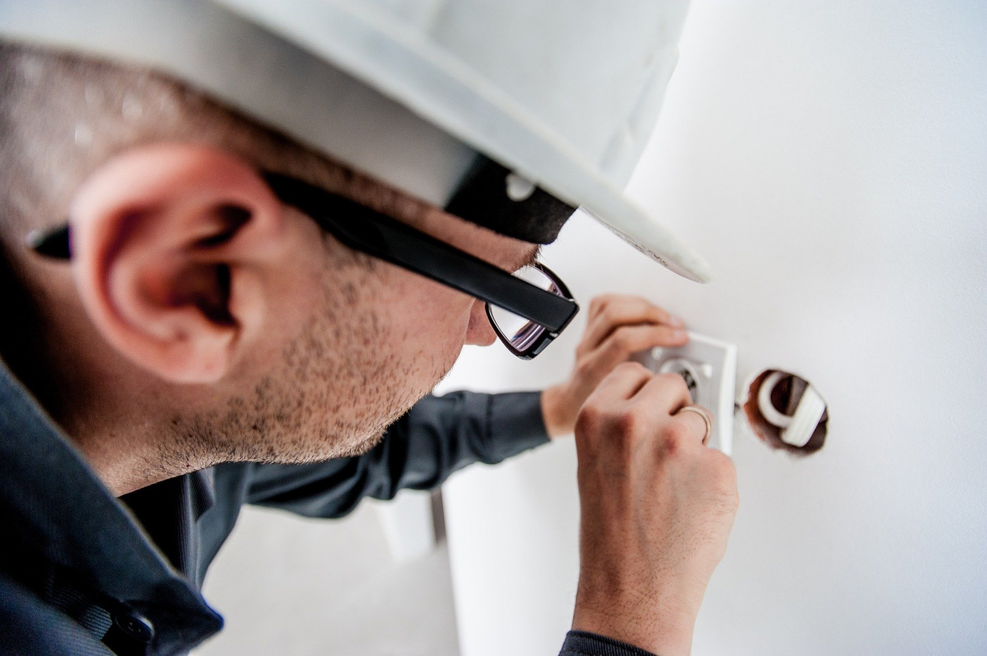 When Do You Need to Hire an Electrician?